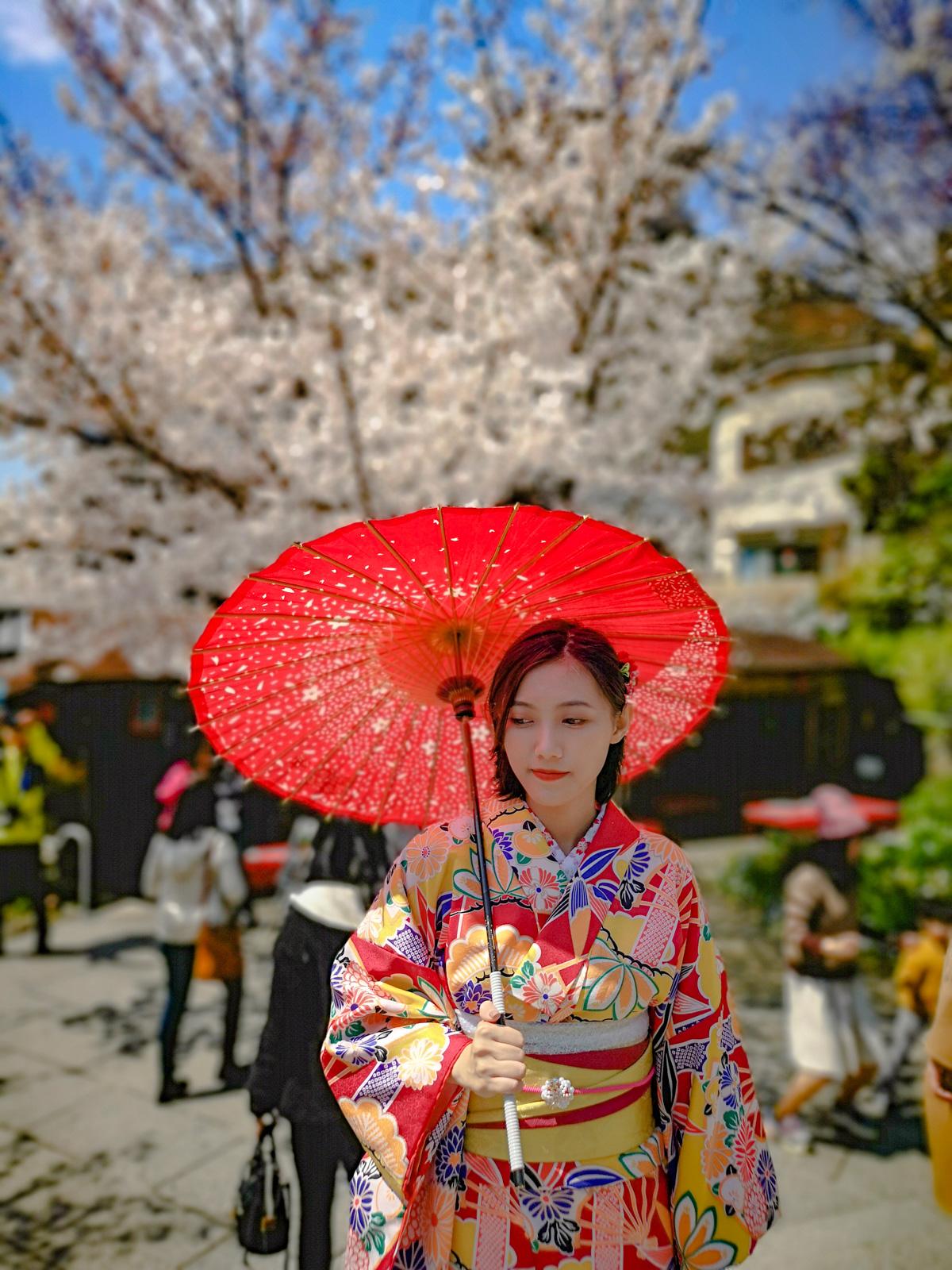 Geisha delante de un cerezo