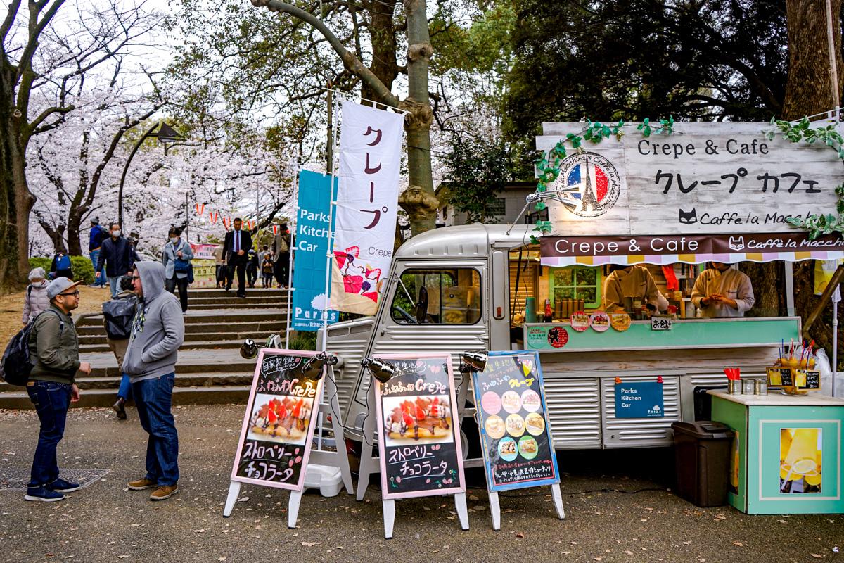 Foodtruck de comida y bebida a la entrada del parque Uoeno en Tokio